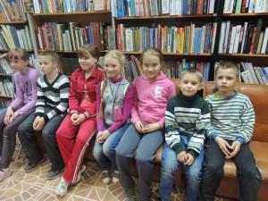 Ребята с увлечением слушают рассказ библиотекаря
