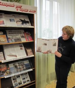 Обзор книги у выставки проводит заведующая библиотекой Ларинина Лариса