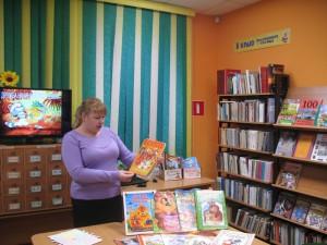 3.Библиотекарь Юлия Киреева знакомит малышей со сказками о дружбе.