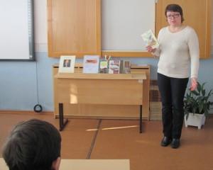 Обзор книг у выставки проводит Лариса Ларинина