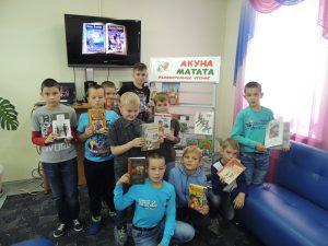 Члены клуба «АкунаМатата» с любимыми книгами